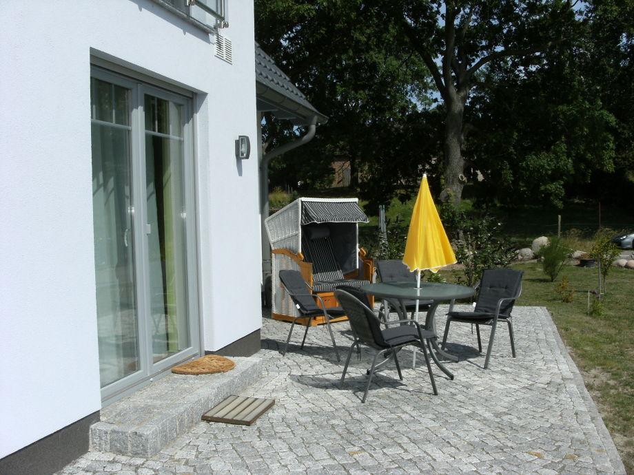 Terrasse mit Gartenmöbel & Strandkorb