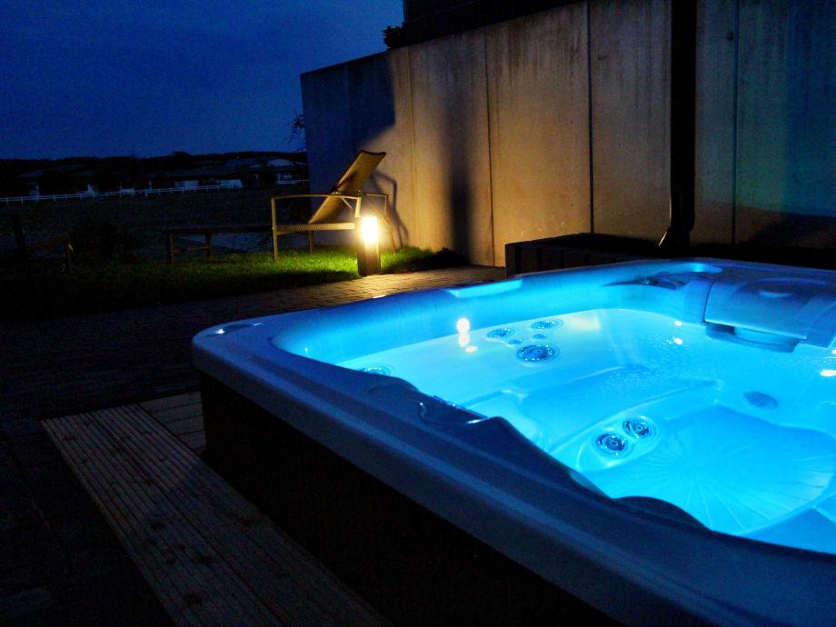 Wechselnde LED-Beleuchtung im Außenwhirlpool