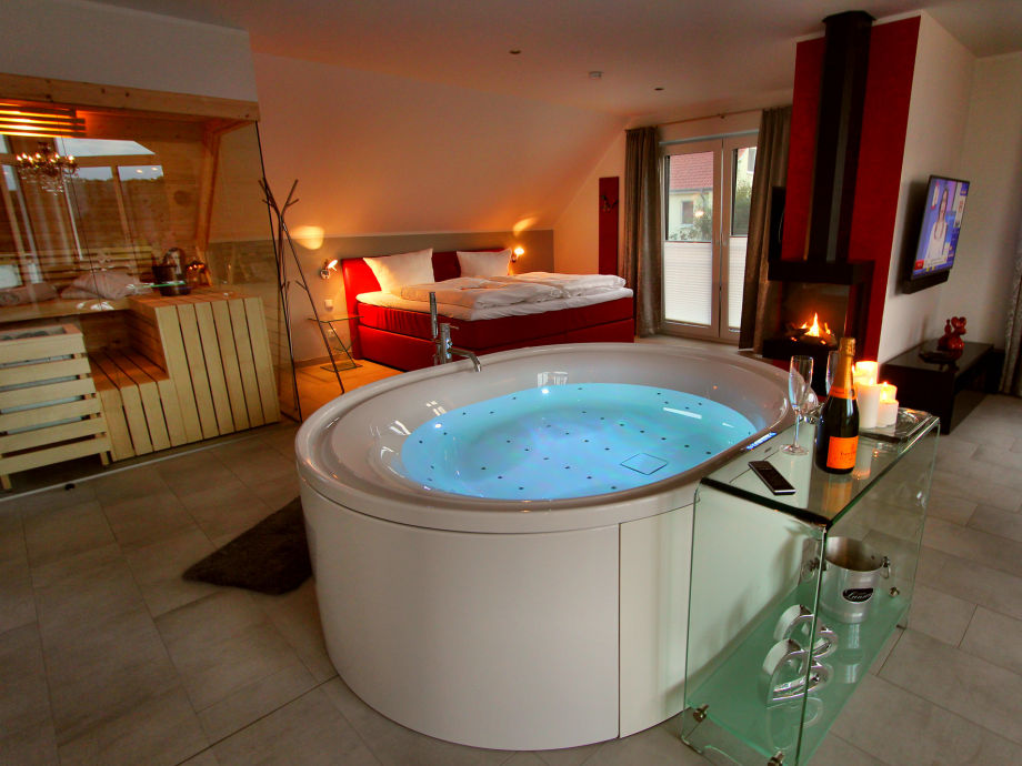Indoor-Whirlpool in der Honeymoon-Suite