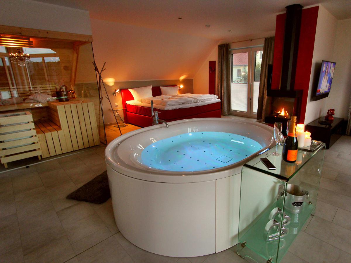 Luxus schlafzimmer mit whirlpool  Ferienwohnung VILLA LIFESTYLE / LUXUS-HONEYMOON-SUITE, Fleesensee ...