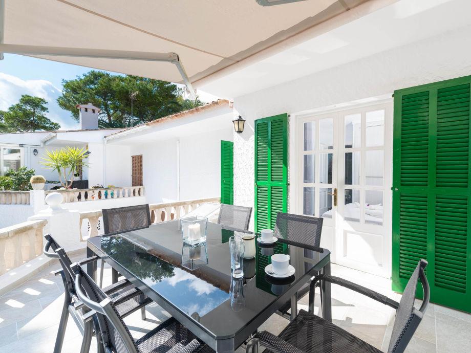 Wunderschöne Terrasse mit Esstisch