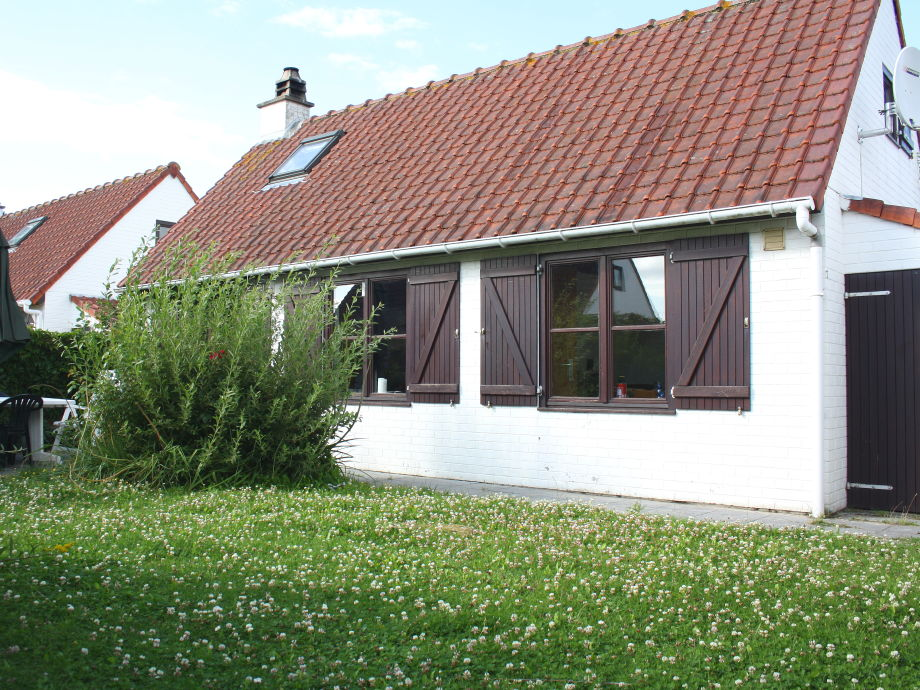 Ferienhaus Zeepolder I 22 von außen und Garten