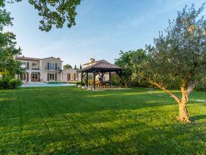 Villa Flora mit Tennisplatz