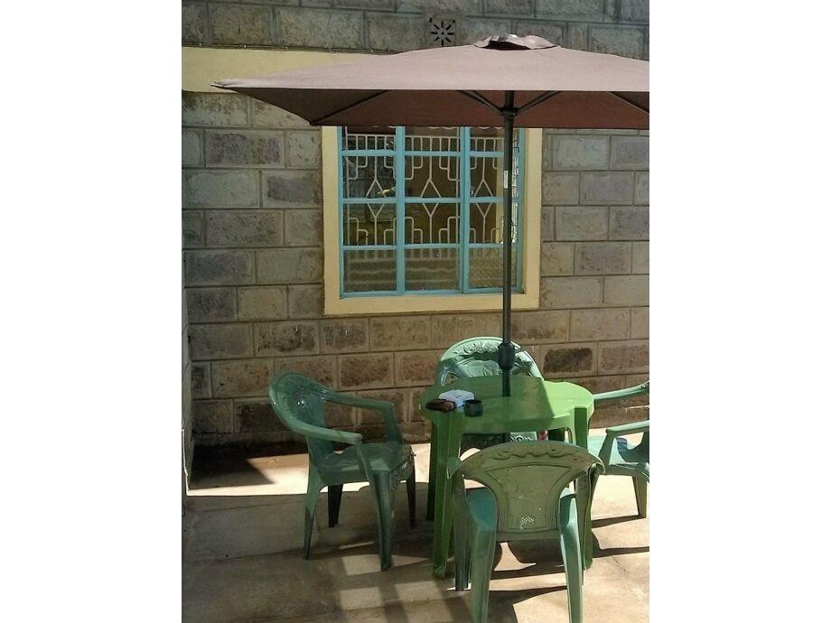 Außensitzmöglichkeit, Sonnenliege und Klappmöbel