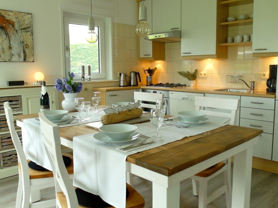 Freundlicher Essbereich mit funktionaler Einbauküche