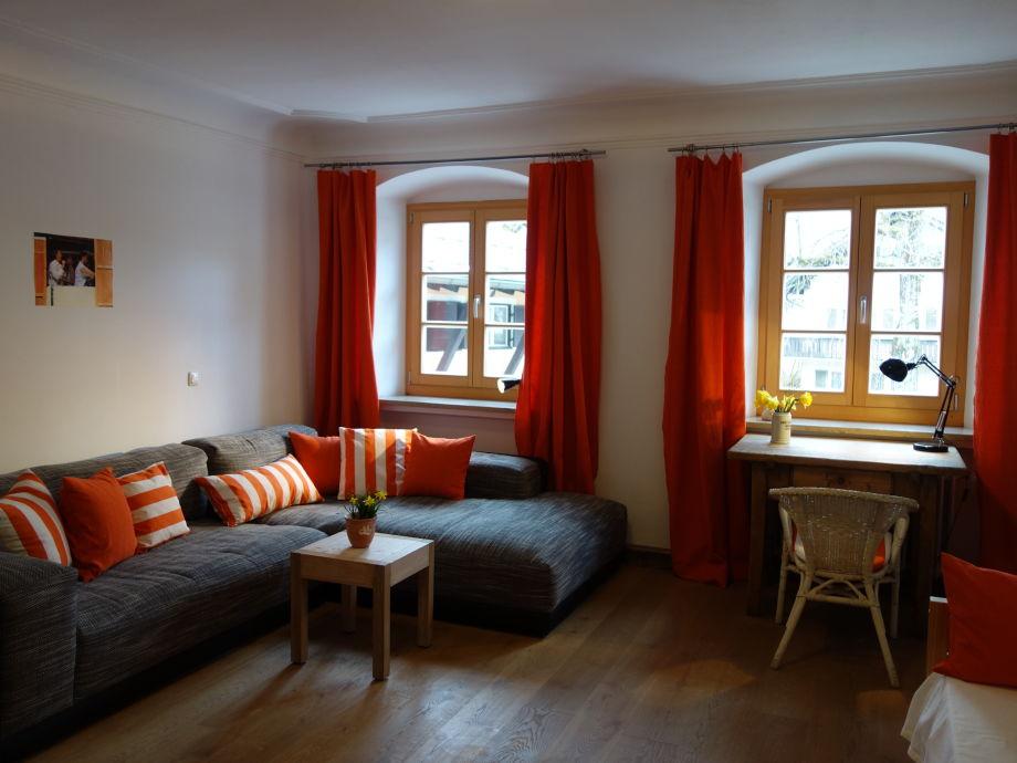 großzügiges Wohnzimmer mit riesiger Couch