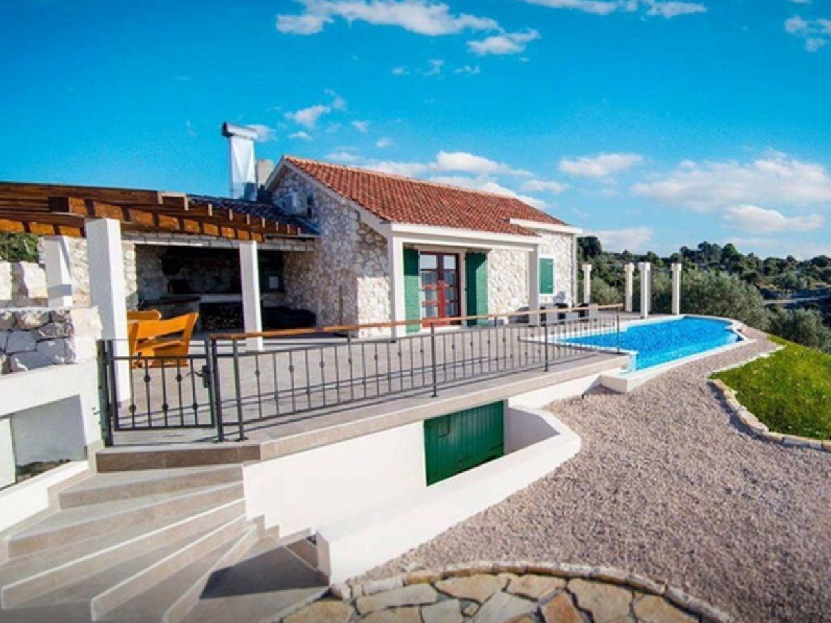 Ferienhaus traditionelles haus mit pool dalmatien firma for Traditionelles haus bali