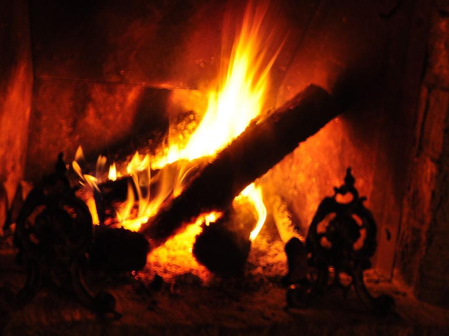 Wärmendes Kaminfeuer am Abend