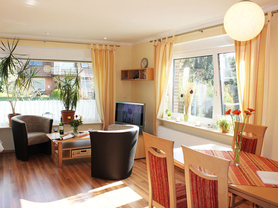 großzügiges Wohnzimmer mit viel Licht