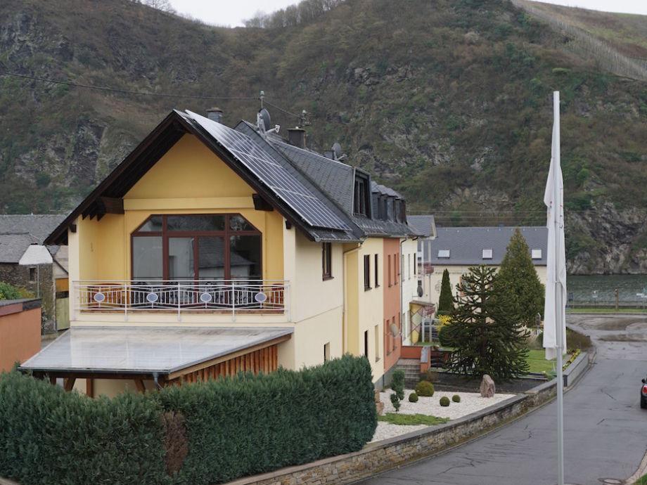 Haus mit Straße zur Mosel