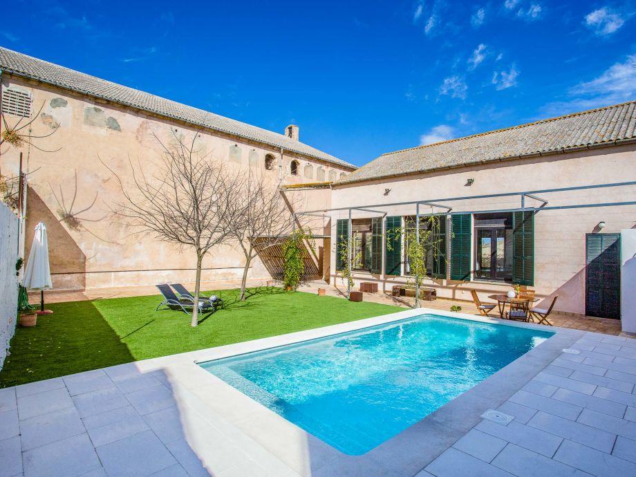 Schöner Pool mit Sonnenliegen zum Entspannen