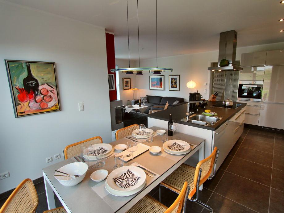 essbereich mit blick auf die offene k che mit kochinsel. Black Bedroom Furniture Sets. Home Design Ideas