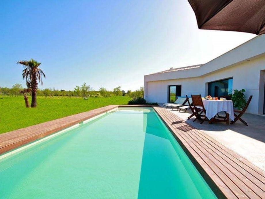 Der Pool an der Villa