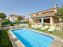 Große Villa in mediterranem Stil mit Pool