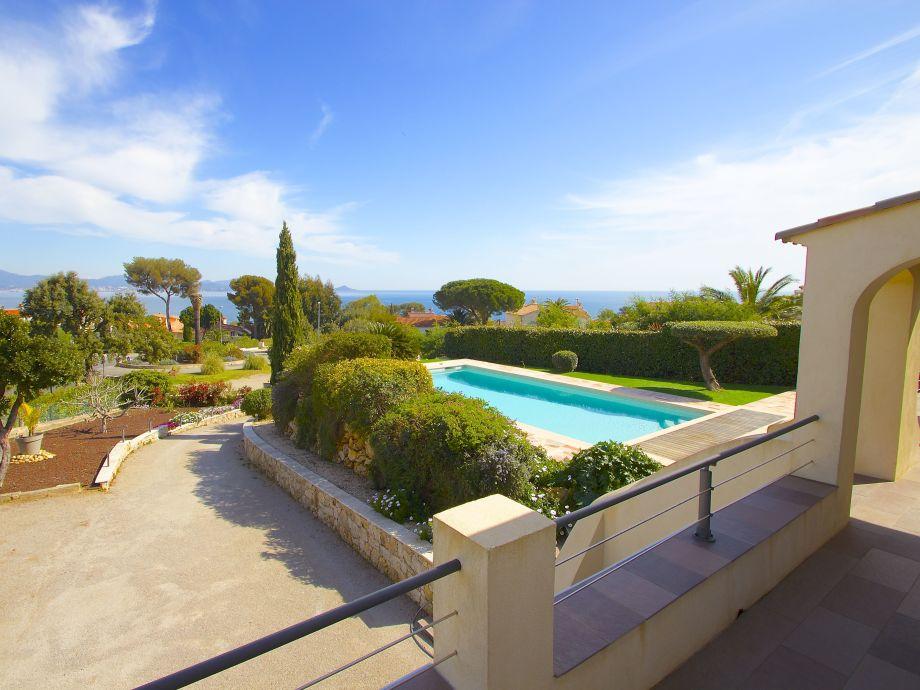 Blick von der Terrasse auf den Pool und das Meer