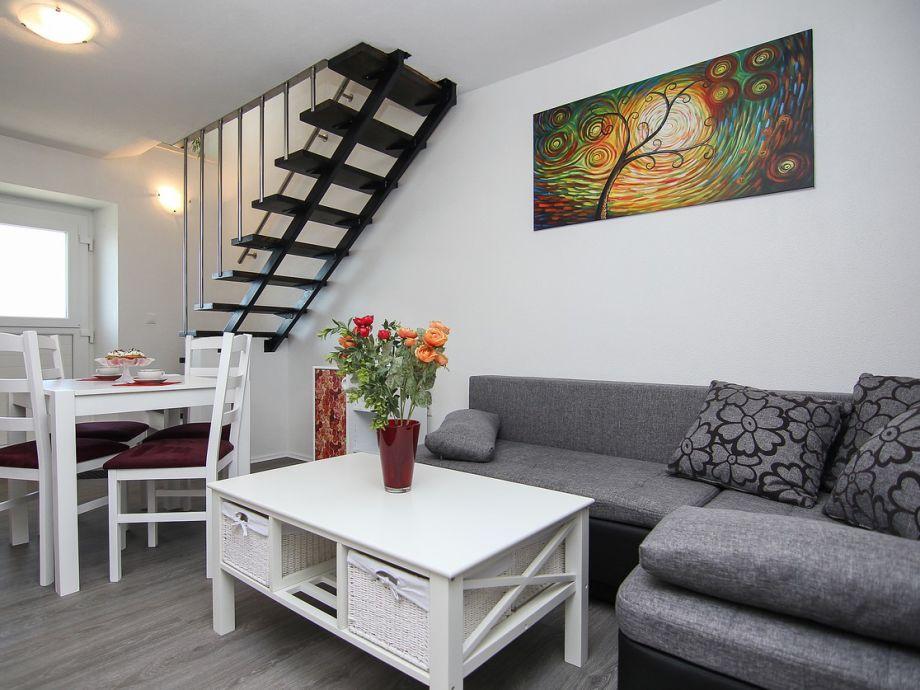 Das Wohnzimmer mit Esstisch
