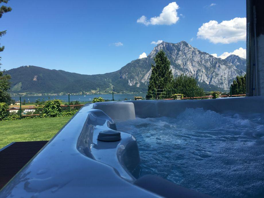 Whirlpool mit See und Bergblick