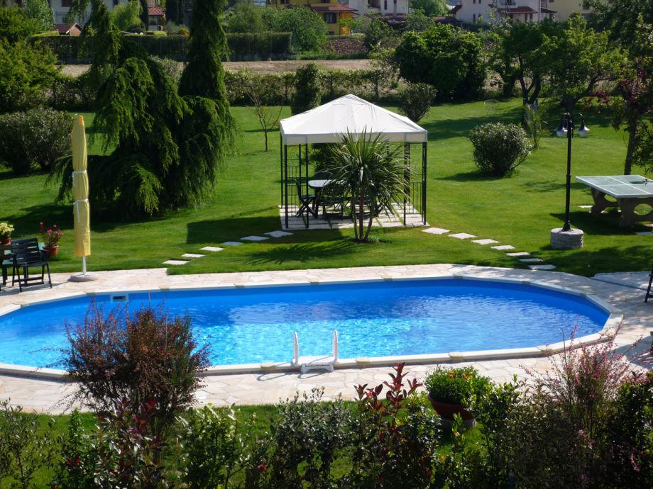 Magnolia - Pool und Garten