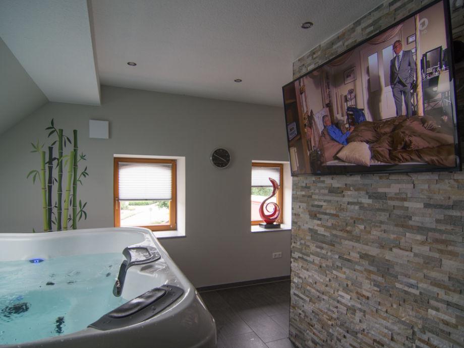 Whirlpool in der Wellnessetage (70 qm) mit Fernseher