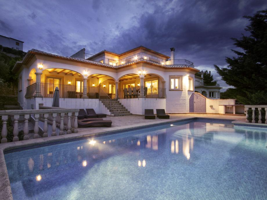 Beleuchtete Villa Anngo mit Pool