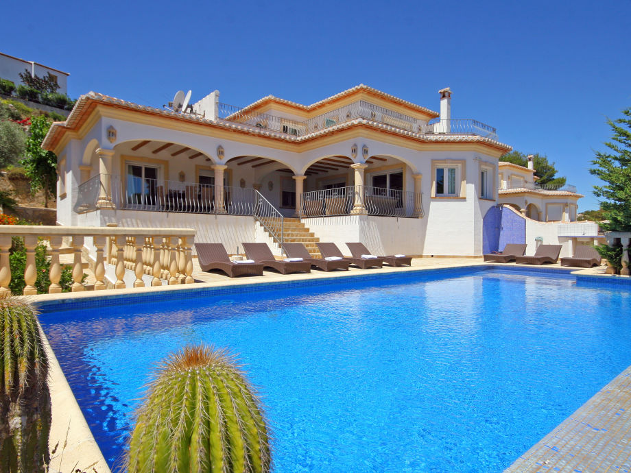 Villa Anngo mit Pool