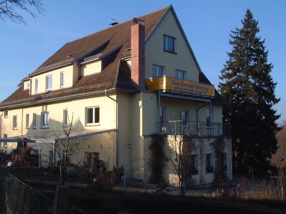 Außenansicht (Wohnung mit gelbem Balkon)