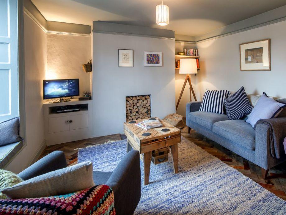 Gemütlicher Wohnbereich mit Couch und Kamin