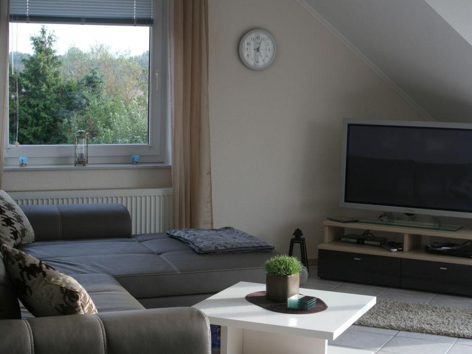 Modernes Wohnzimmer mit Flachbildfernseher