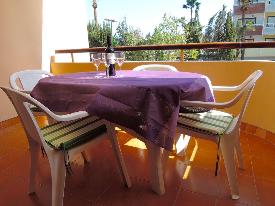 Schöne Terrasse mit Gartenmöbeln für 6 Personen