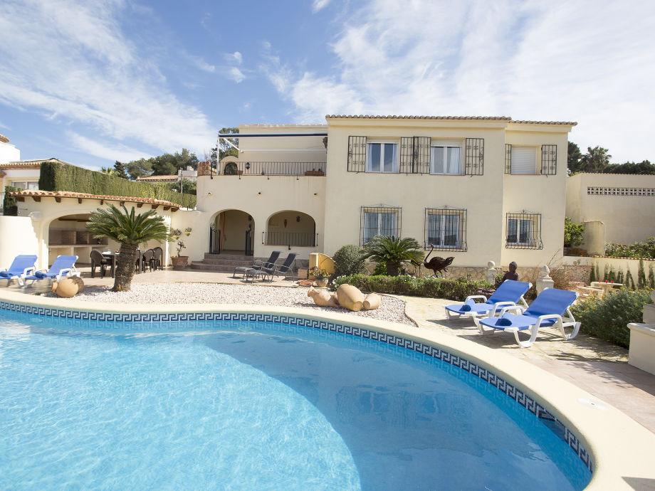 Außenansicht und Pool der Villa Stella