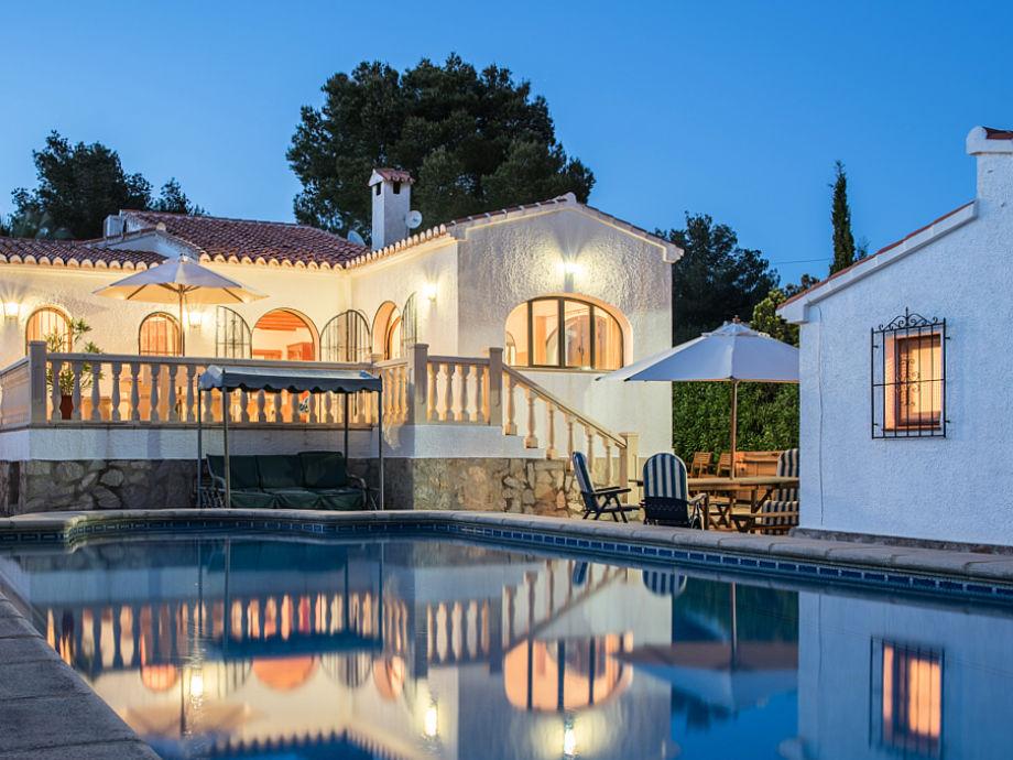 Großer Pool an der Villa