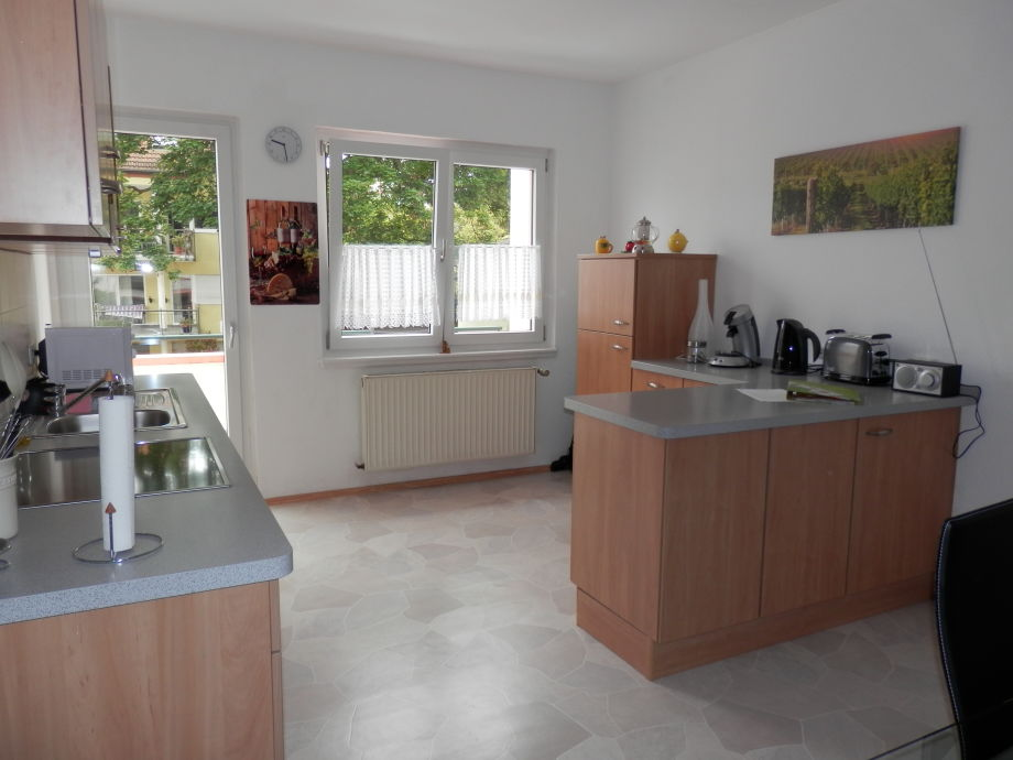 Küche m. Blick zum Balkon