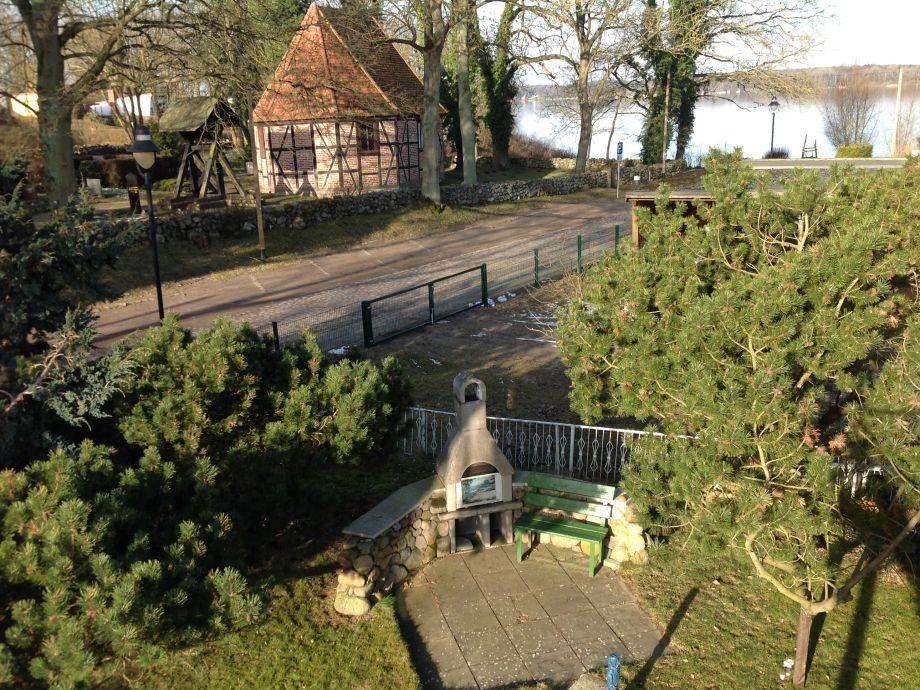 Blick vom Haus auf den See und die Grillecke