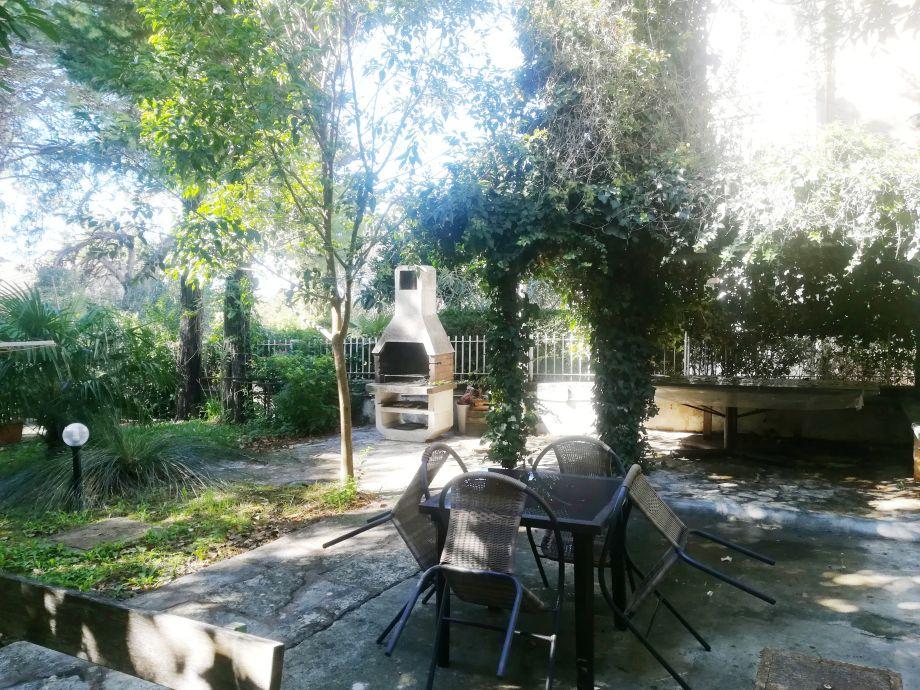 Grill und Sitzecke im Garten