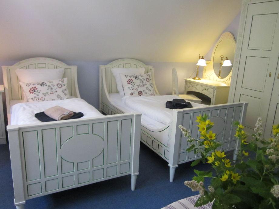 Schlafzimmer mit Rosenmöbeln von Heinrich Vogeler