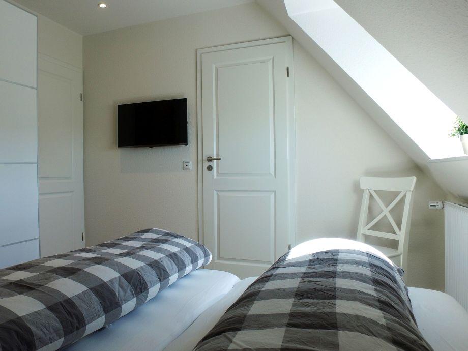 Landhaus-Schlafzimmer mit Flatscreen