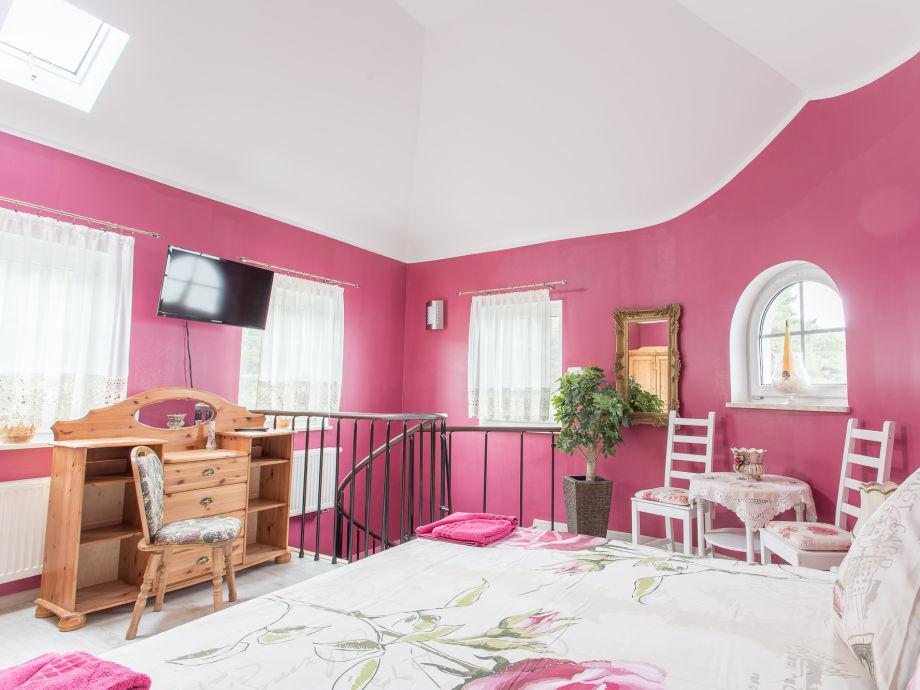 obere Etage mit großem Kleiderschrank, Schreibtisch und zusätzlichen Sitzmöglichkeiten