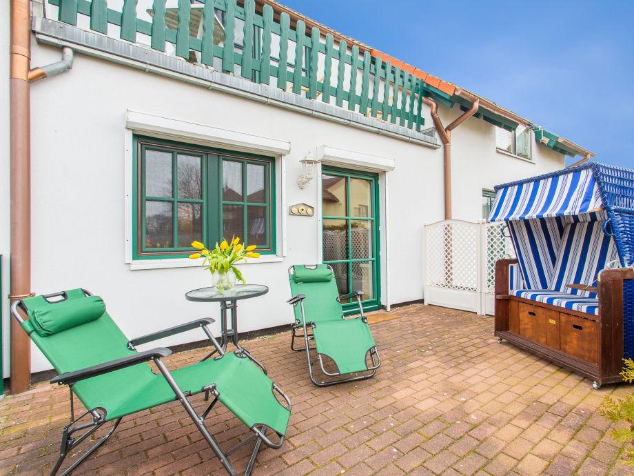 Terrasse mit eigenem Strandkorb für entspannte Wohlfühlmomente