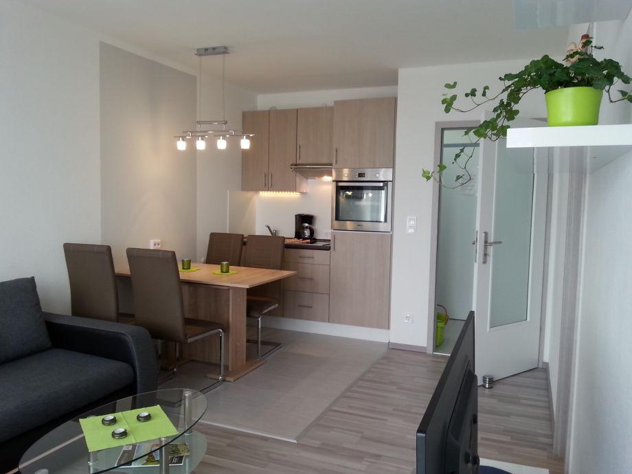 Wohnraum mit Essplatz und integrierter Küchenzeile