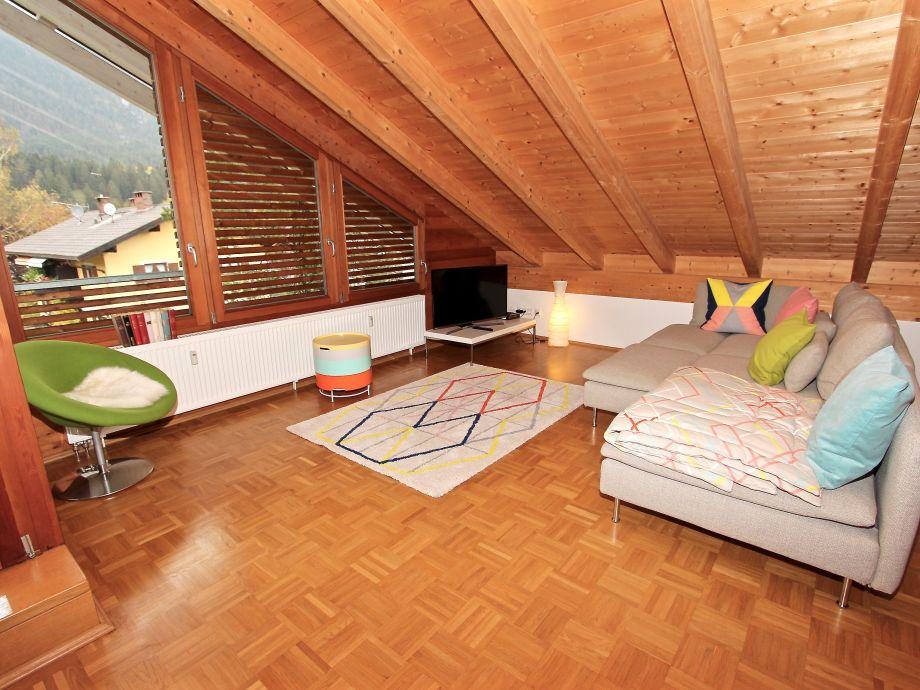 Das moderne Wohnzimmer mit Flachbildfernseher