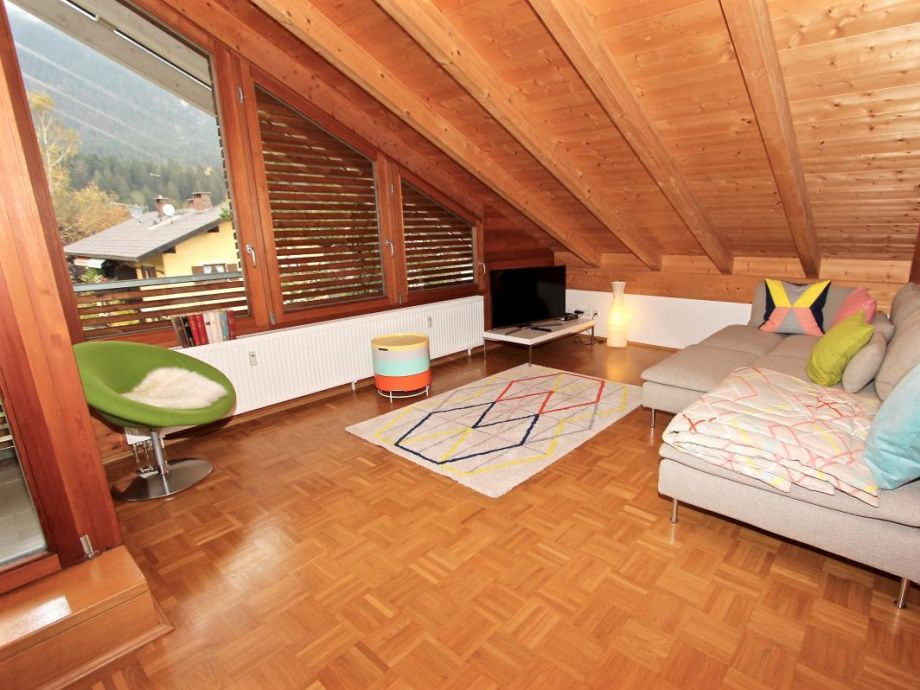 Offener geräumiger Wohnbereich mit großen Fensterfronten