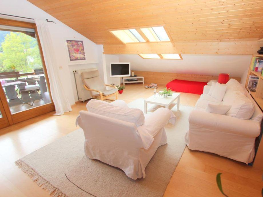 Helles Wohnzimmer mit modernen Möbeln und eigenem Balkon