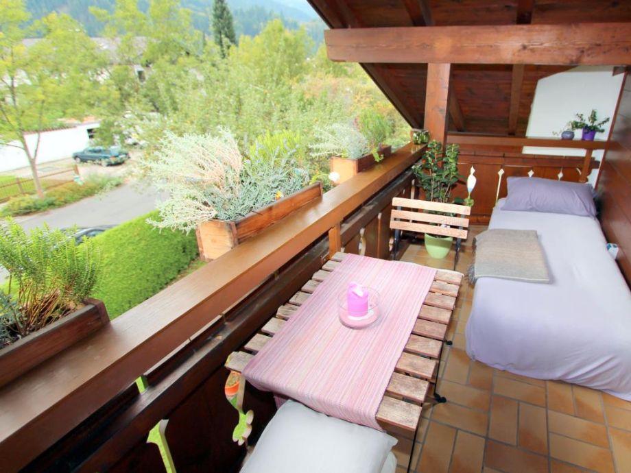 Essbereich auf dem Balkon mit Ruheoase