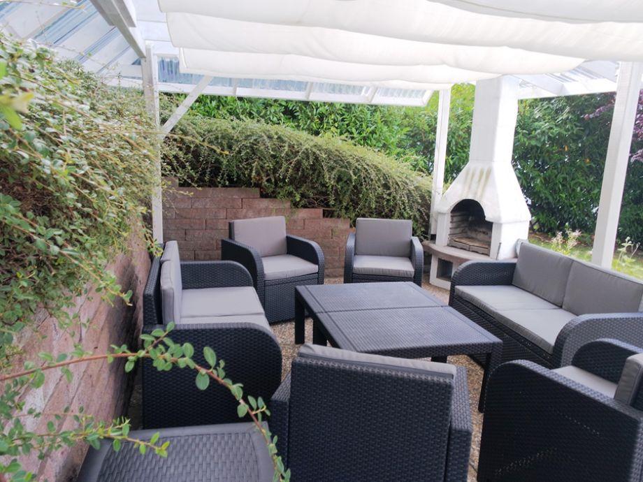 Terrasse mit Loungemöbeln für acht Personen