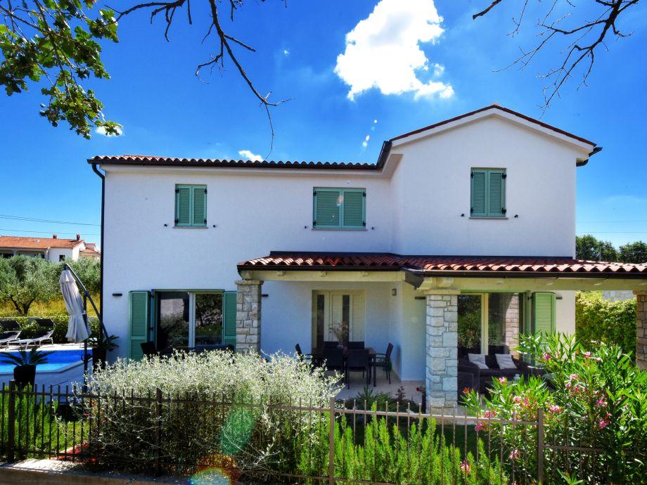 Villa mit Terrassen und Pool