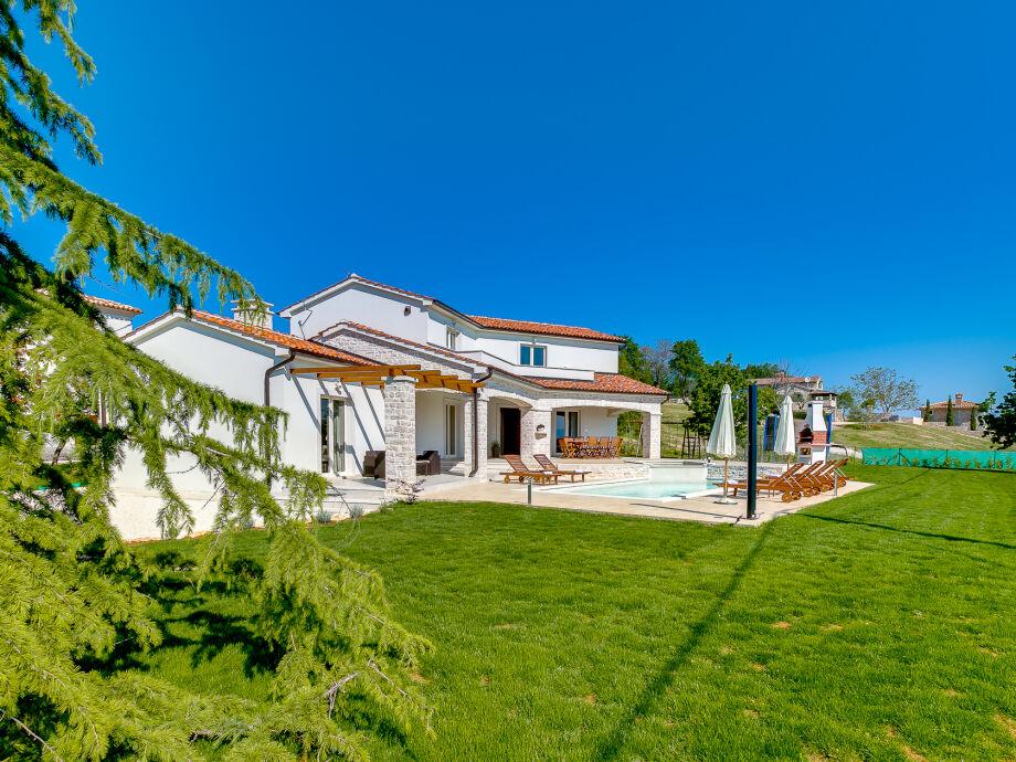 Außenaufnahme Villa with a beautiful view over Mirna valley