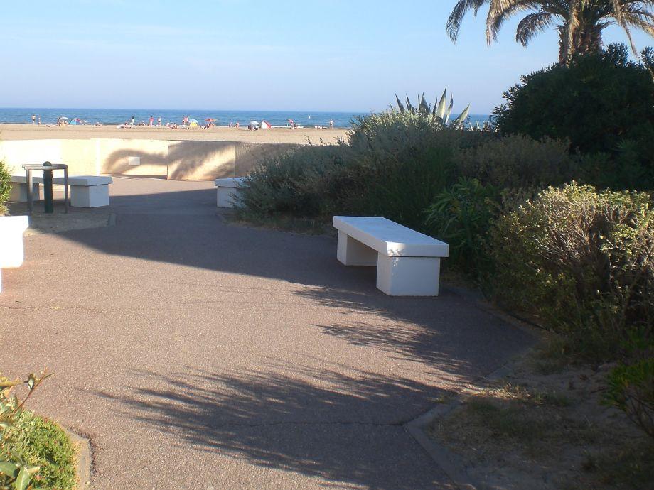 Garteneingang mit Blick zum Meer