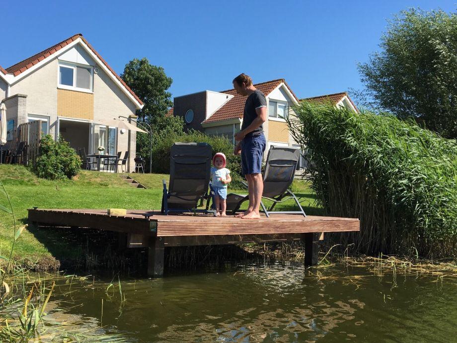 Blick auf das Haus mit eigenem Bootssteg und Liegewiese