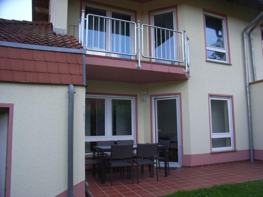 Rückseite mit Terasse und Balkon