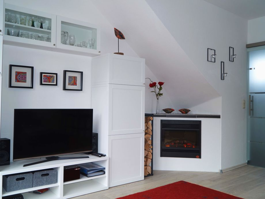 Wohnzimmer: Schrankwand, LED-TV, Hi-Fi, DVD, CD etc.
